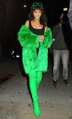 Рианна в ярко зеленой шубе