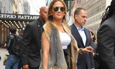 Меховая жилетка Дженнифер Лопес вызвала споры в сети