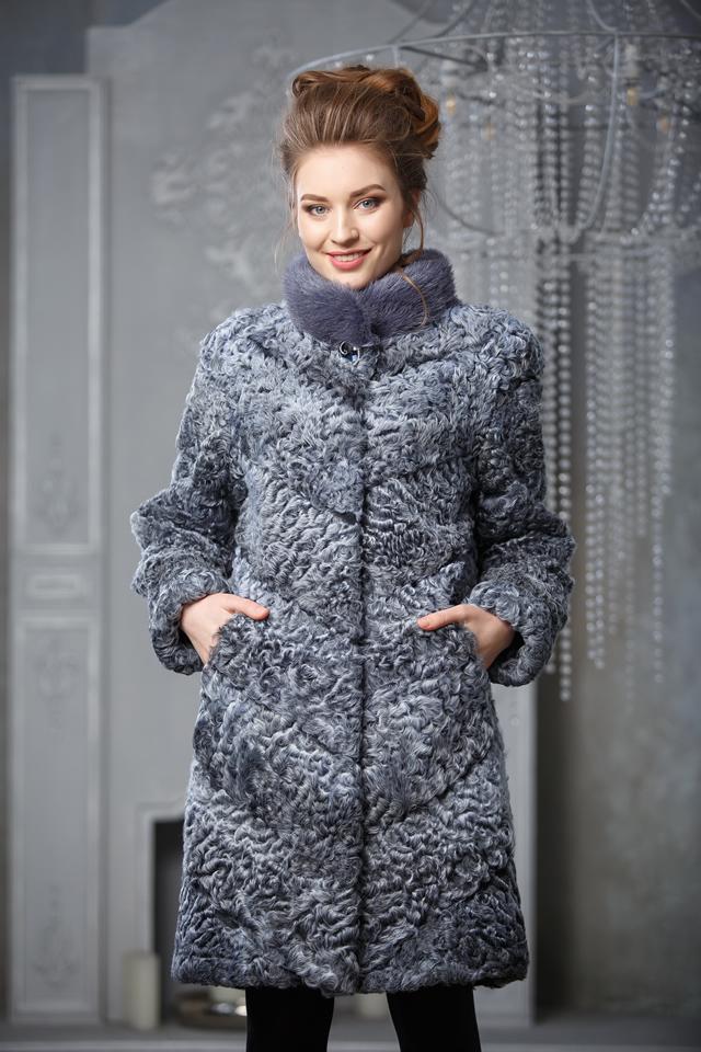 Серое пальто из меха каракульчи
