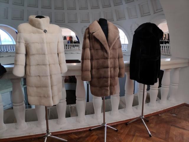 Белая шуба из норки, коричневое норковое пальто и норковый полушубок на ярмарке меха