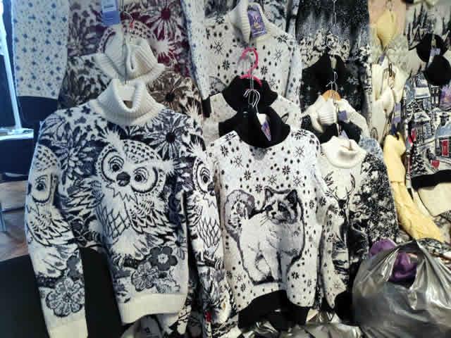 Принты с совами, котами, оленями, волками на свитерах для детей и взрослых на ярмарке на ВДНХ в Киеве