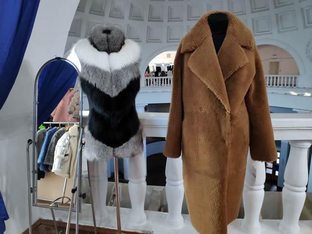 трехцветный меховой жилет и пальто из овчины мужское