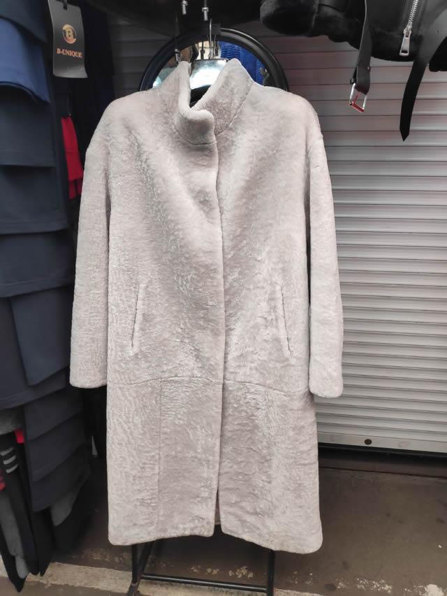 Женское пальто белого цвета из натурального мутона