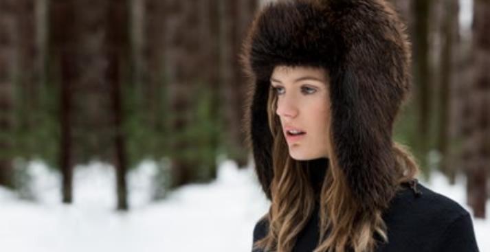 Девушка в шапке из натурального дикого меха NAFA