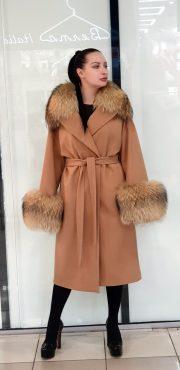 пальто персикового цвета с воротником и рукавами из меха лисы
