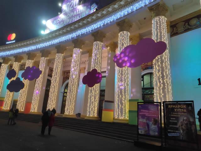 Баннер о меховой выставке-ярмарке на ВДНГ перед 1 павильоном в Киеве