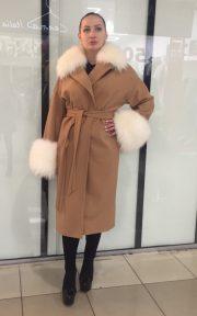 Коричневое кашемировое пальто с отделкой из меха енота альба