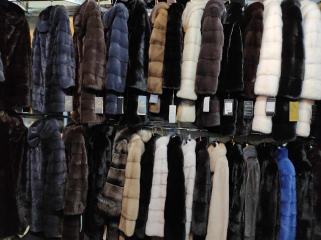 Большой выбор норковых шуб и полушубков разных цветов - черные, коричневые, бежевые, синие, серые, голубоватые