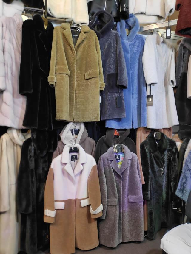 Мутоновые пальто разных цветов на ярмарке меха на ВДНХ