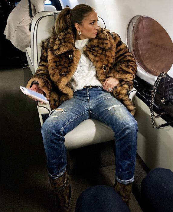 Дженнифер Лопес в самолете одела плюшевую шубу за $2650