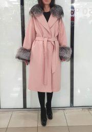 Кашемировое пальто розового цвета с отделкой из меха енота