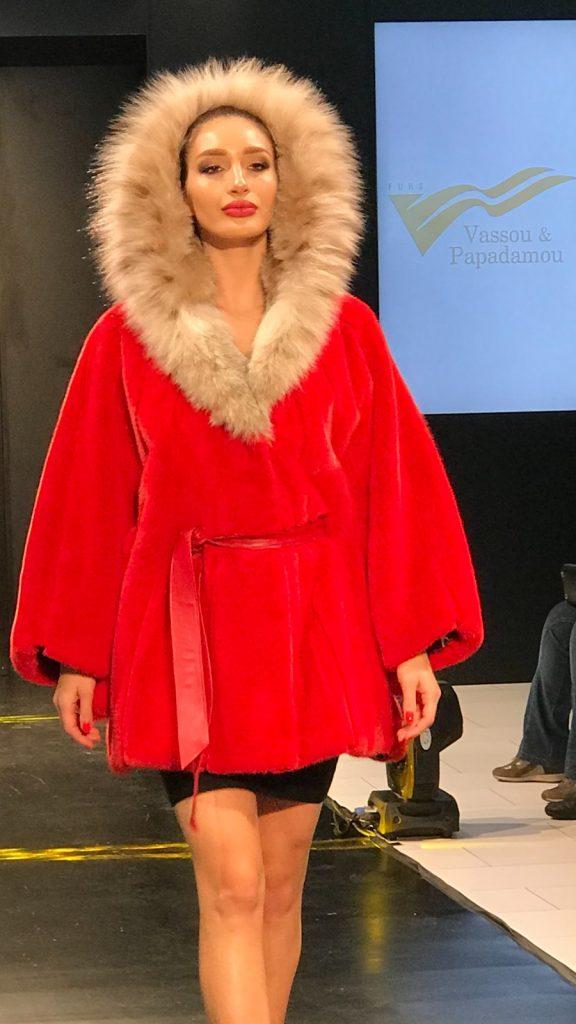 Красное меховое женское пальто с натуральным меховым воротником из Греции