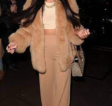 Популярная британская актриса Язмин Оукхелу выбрала модный тренд - розовую шубку для похода в театр