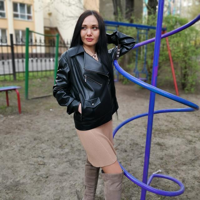 чорна шкіряна жіноча куртка