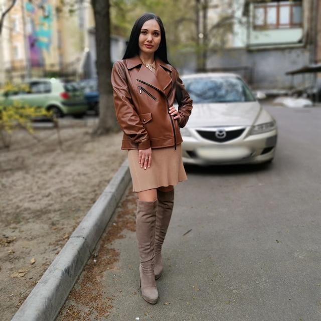 коричнева жіноча шкіряна куртка
