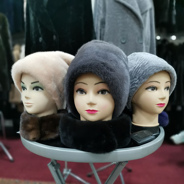Норкові шапки на хутровому ярмарку у Палаці спорту